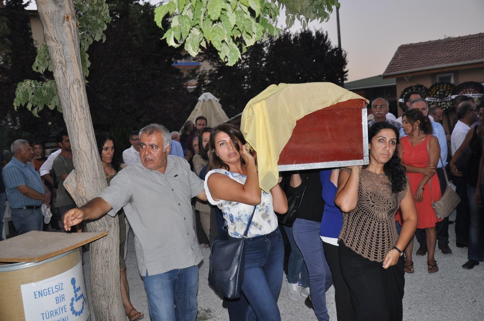Aysel Tuğlukun annesinin cenazesine saldırı